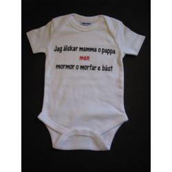 Baby bodys med texten JAG ÄLSKAR MAMMA O PAPPA MEN MORMOR OCH MORFAR E BÄST