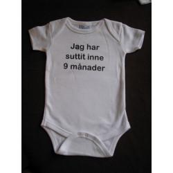Baby bodys med texten JAG HAR SUTTIT INNE I 9 MÅNADER