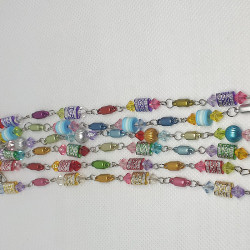 Armband med plastpärlor
