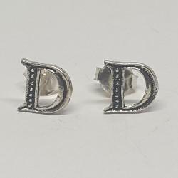 bokstav D örhängen i silver
